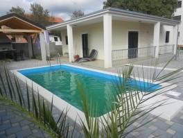 Vodice, prizemnica 75m2 uređena, dvorište, bazen