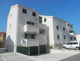Vodice, atraktivna lokacija, apartman s garažom, plaža 190m.