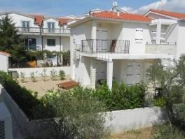 Vodice vrhunska lokacija dvojna kuća 110m2,vrt,200m do plaže