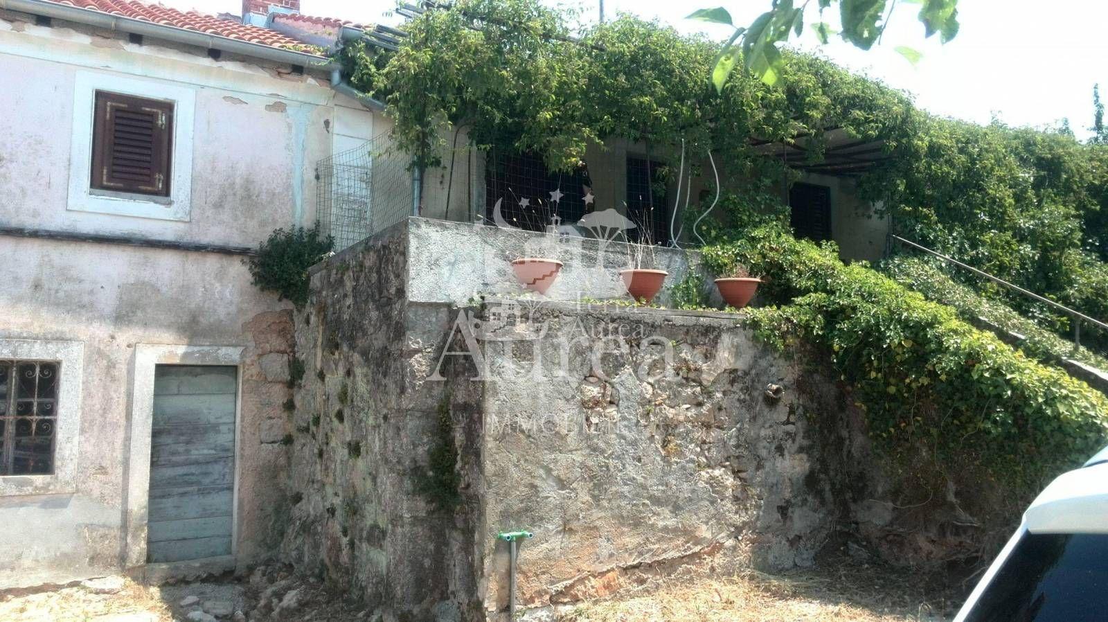 Autohtona stara kamena kuća okružena zelenilom sa velikom okućnicom, Rasopasn...