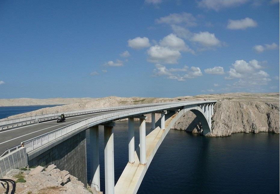 Do otoko Paga možete doći Paškim mostom.