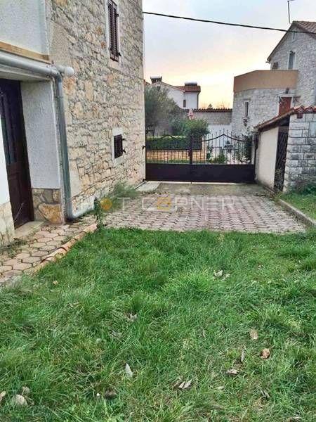 Labinci, kamena kuća s vrtom