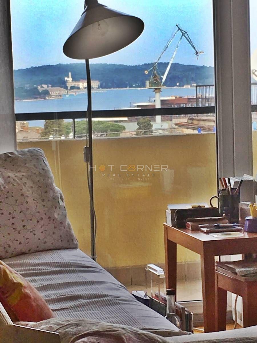 Prekrasan, prostrani stan u Puli, panoramski pogled na more