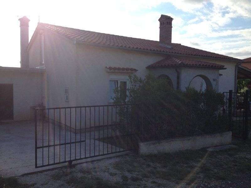 Kuća: Ližnjan, visoka prizemnica 115 m2 sa lijepom okućnicom i garažom (prodaja)