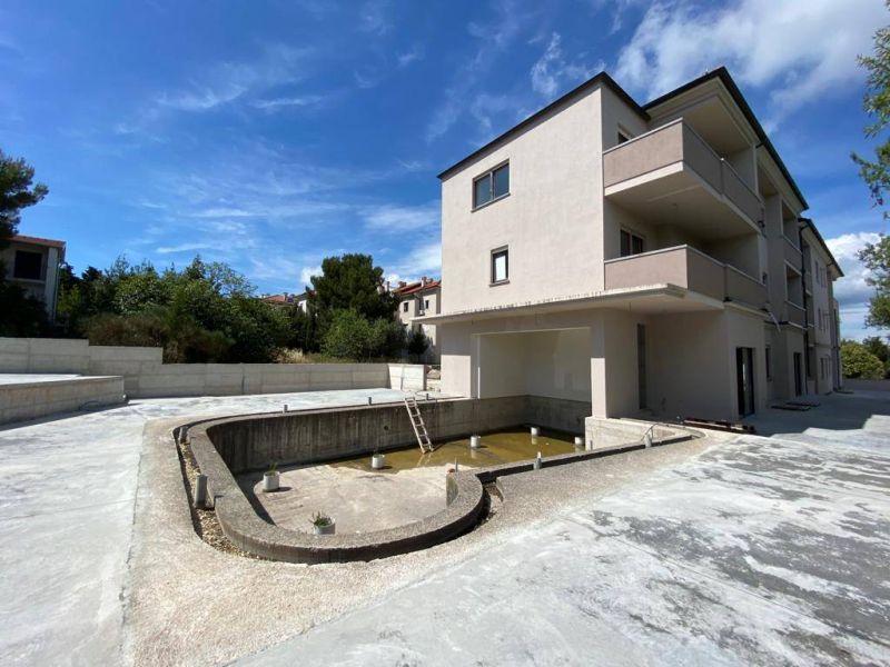 Premantura, prekrasni novi stan, 2SS, vrt od 26 m2, 600m od plaže