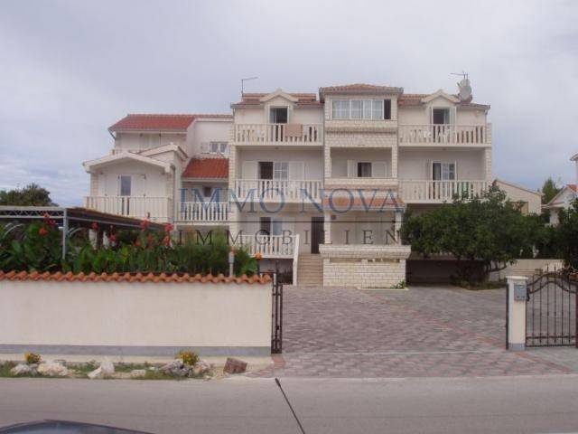 Villa s apartmanima 1. red