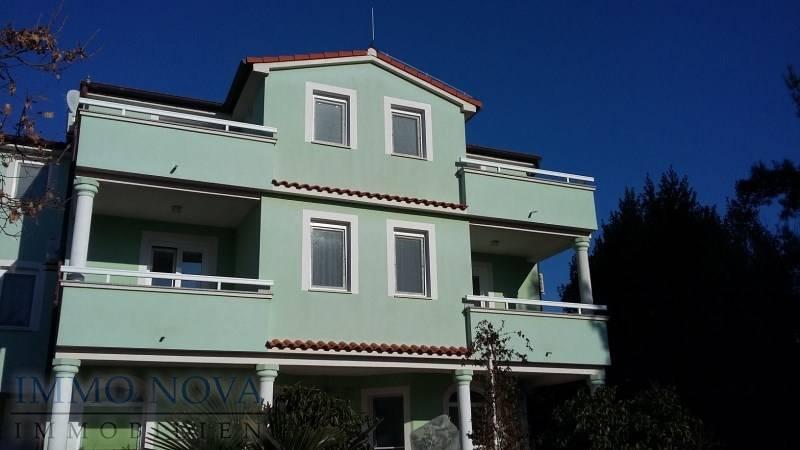Medulin, kuća s 11 apartmana, 500 m od mora, namješteno