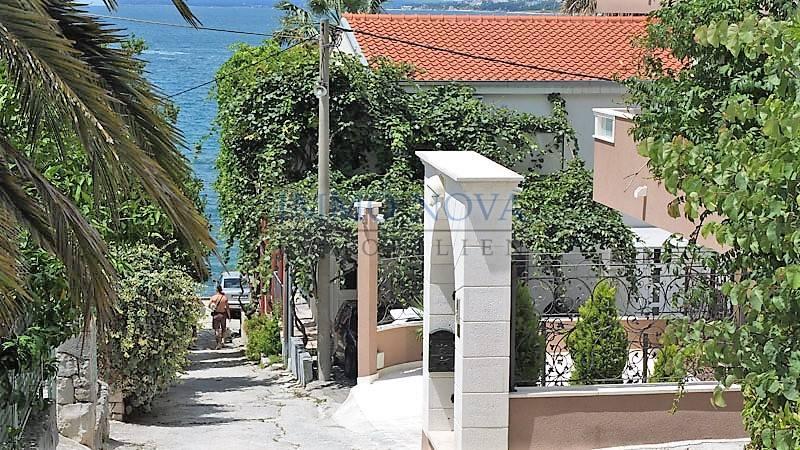 PRODANO! Apartmanska kuća u Podstrani - samo 40 m od plaže