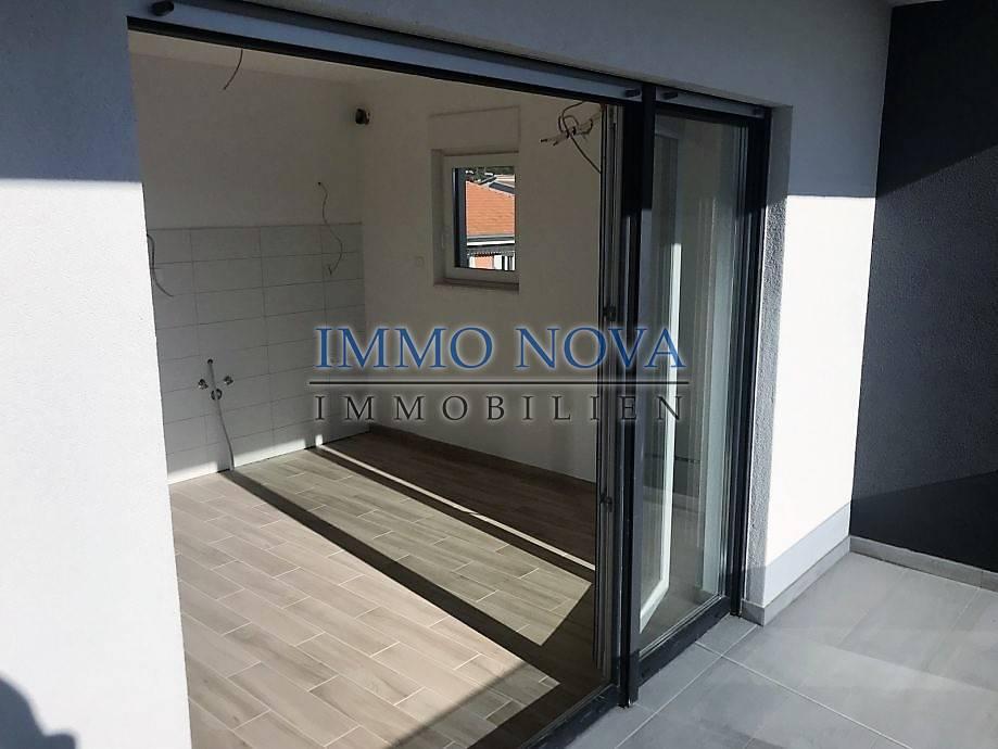 PRODANO! Immo-Nova; Apartman kod Trogira, novogradnja s bazenom na korištenje