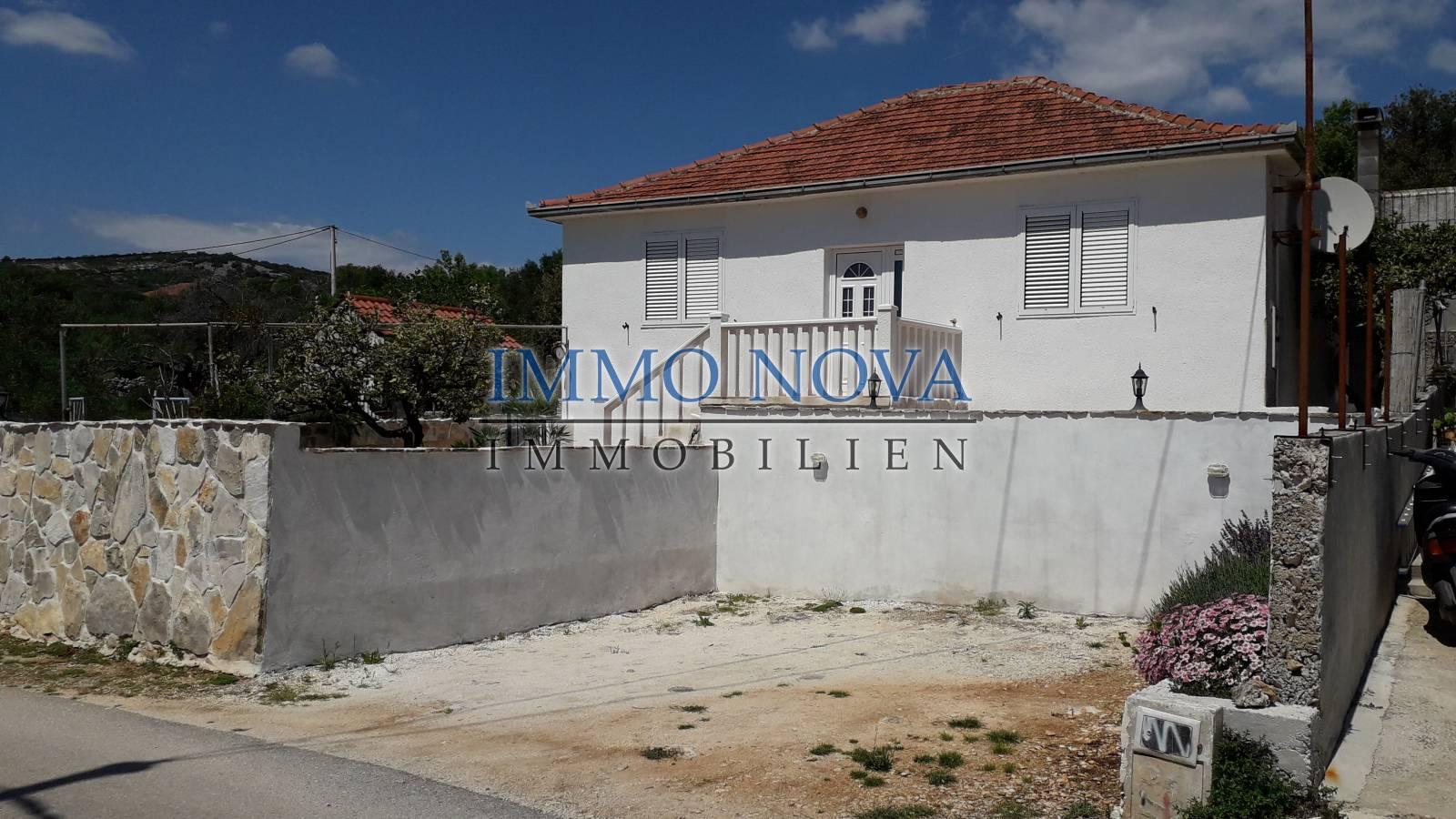 Obnovljena dalmatinska kuća s okućnicom