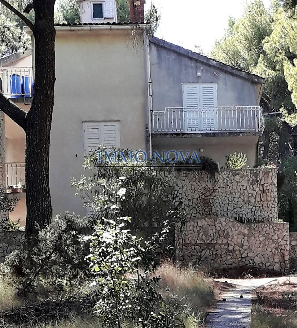 Kuća s velikom okućnicom samo 50 m od mora