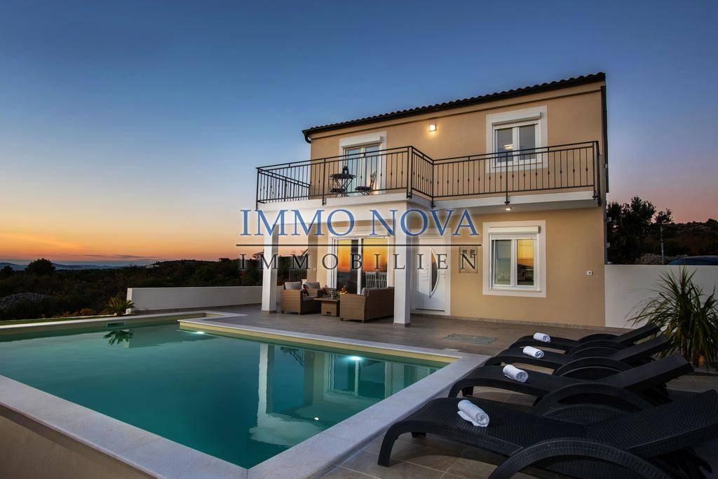 Kuća u Primoštenu, s bazenom i panoramskim pogledom