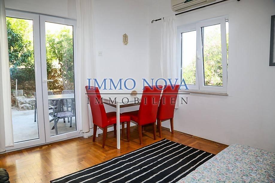 Prodaje se apartman u prizemlju kuće s pripadajućim vrtom. Grad Hvar.