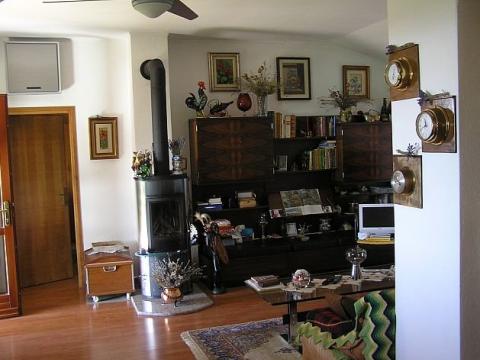 Kaštelir, Simpatična vikendica sa velikom okućnicom i građevinskim zemljištem