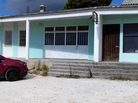 Trogir, Umgebung-Erdgeschoßhaus auf einem 1340m2 großem Grundstück