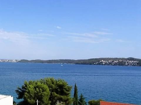 Izvrsna lokacija i velika okućnica - kuća u neposrednoj blizini mora