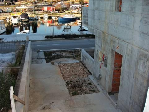 Nedovršeni apartmanski objekt - 1. red do mora i marine