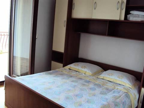 Kuća s 3 apartmana kod Rogoznice