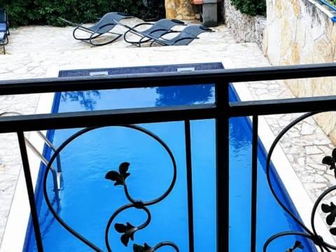 Izvrsno dekorirana, renovirana kuća na Čiovu s bazenom