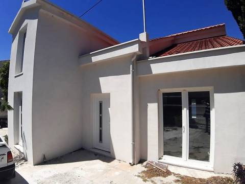 Kuća (1.red) na plaži, 5 apartmana, u blizini Trogira