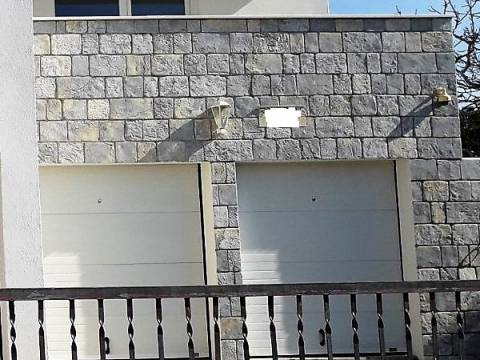 PRODANO!! Apartman, novogradnja s garažom i dvorištem; Ražanj, Rogoznica