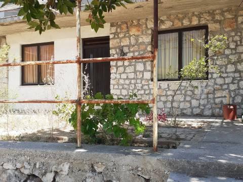 Kuća s velikom okućnicom 2. red uz more, s vlastitim izlazom na plažu