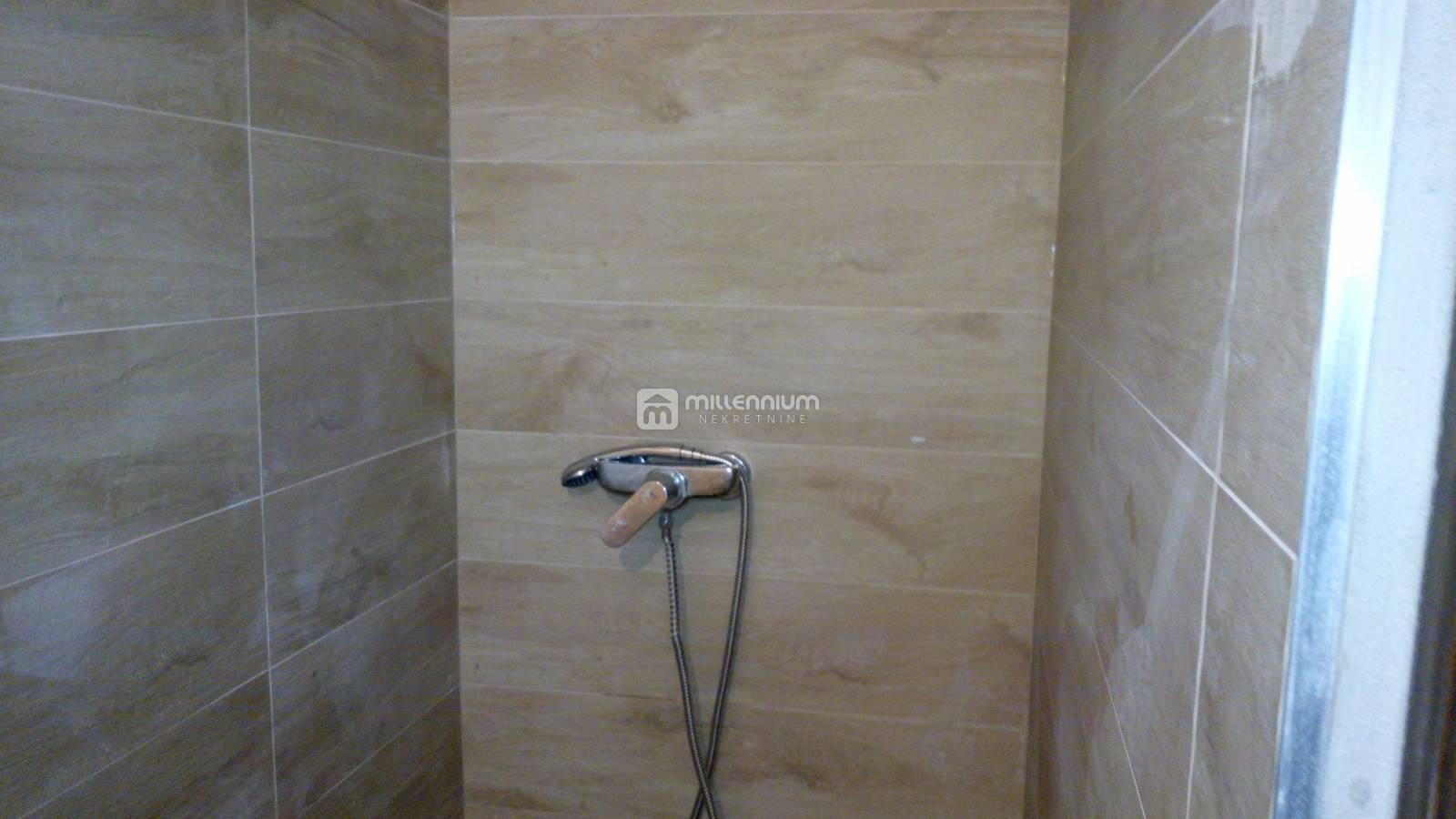 Novi Vinodolski- sami centar, 70m2, dvoetažni 2-sobni stan s db