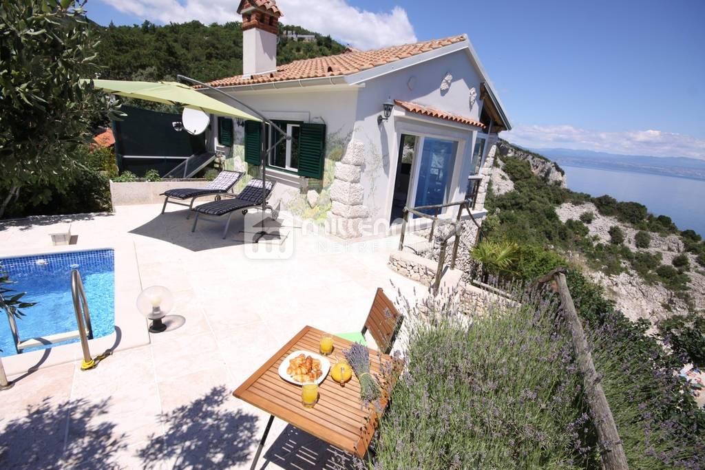Brseč, vila s bazenom smještena na stijeni iznad mora, spektakularan pogled i smještaj