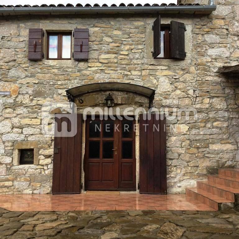 Istra, imanje s dvije kamene kuće i bazenom