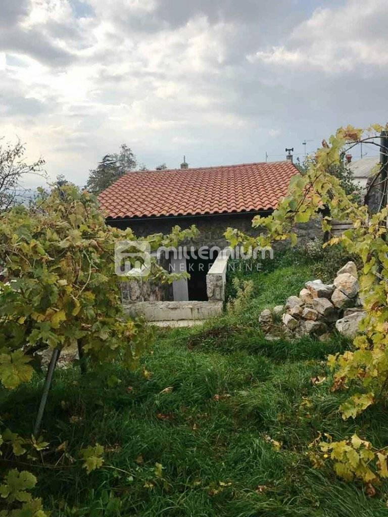 Praputnjak (okolica Rijeka), kuća s velikom okućnicom