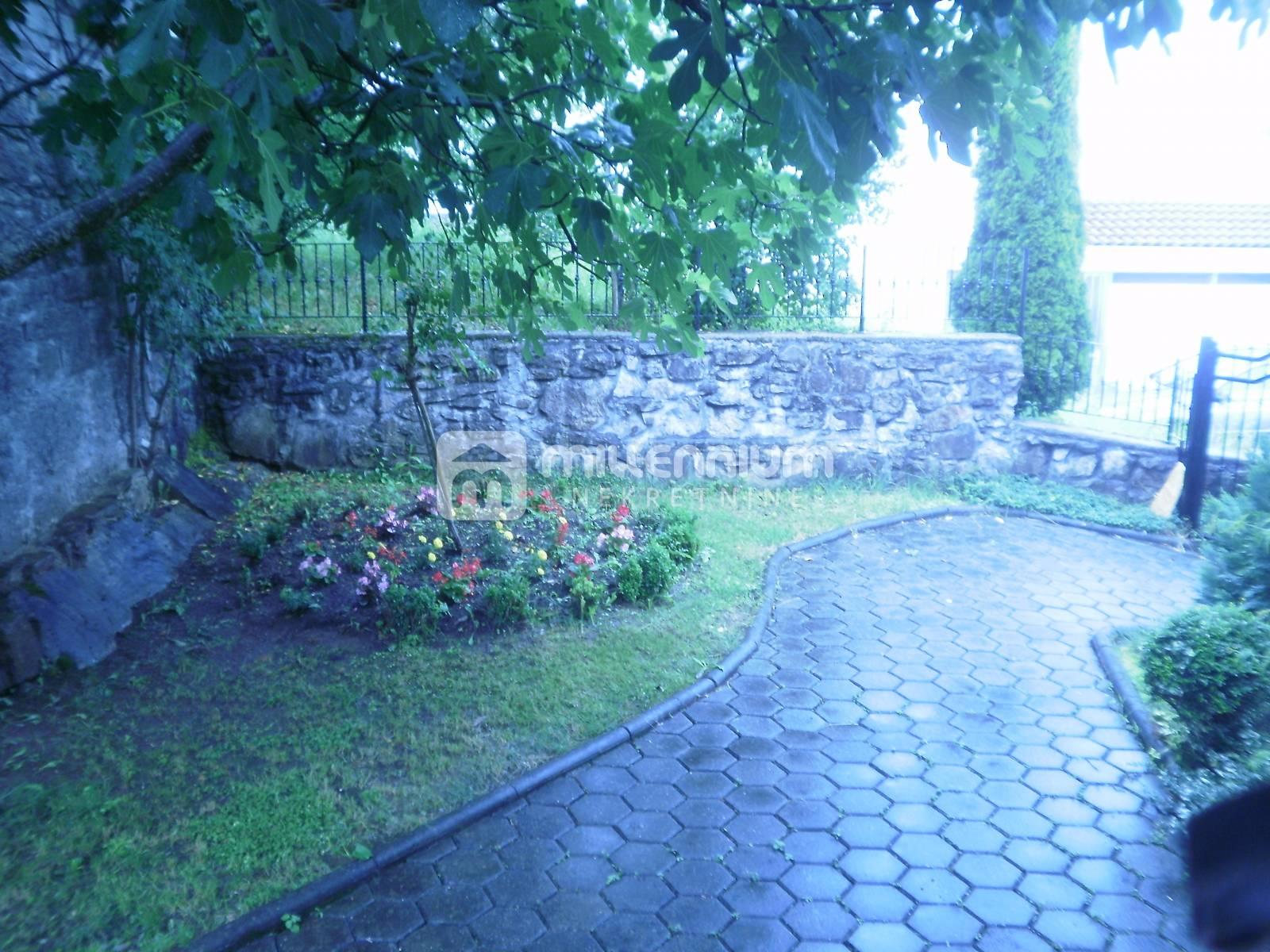 Veli Brgud, kamena kuća s 4 apartmana, okućnicom i bazenom