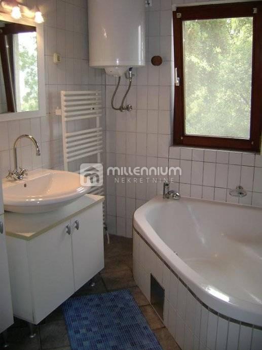 Novi Vinodolski, Klenovica, kuća s 3 stana i bazenom