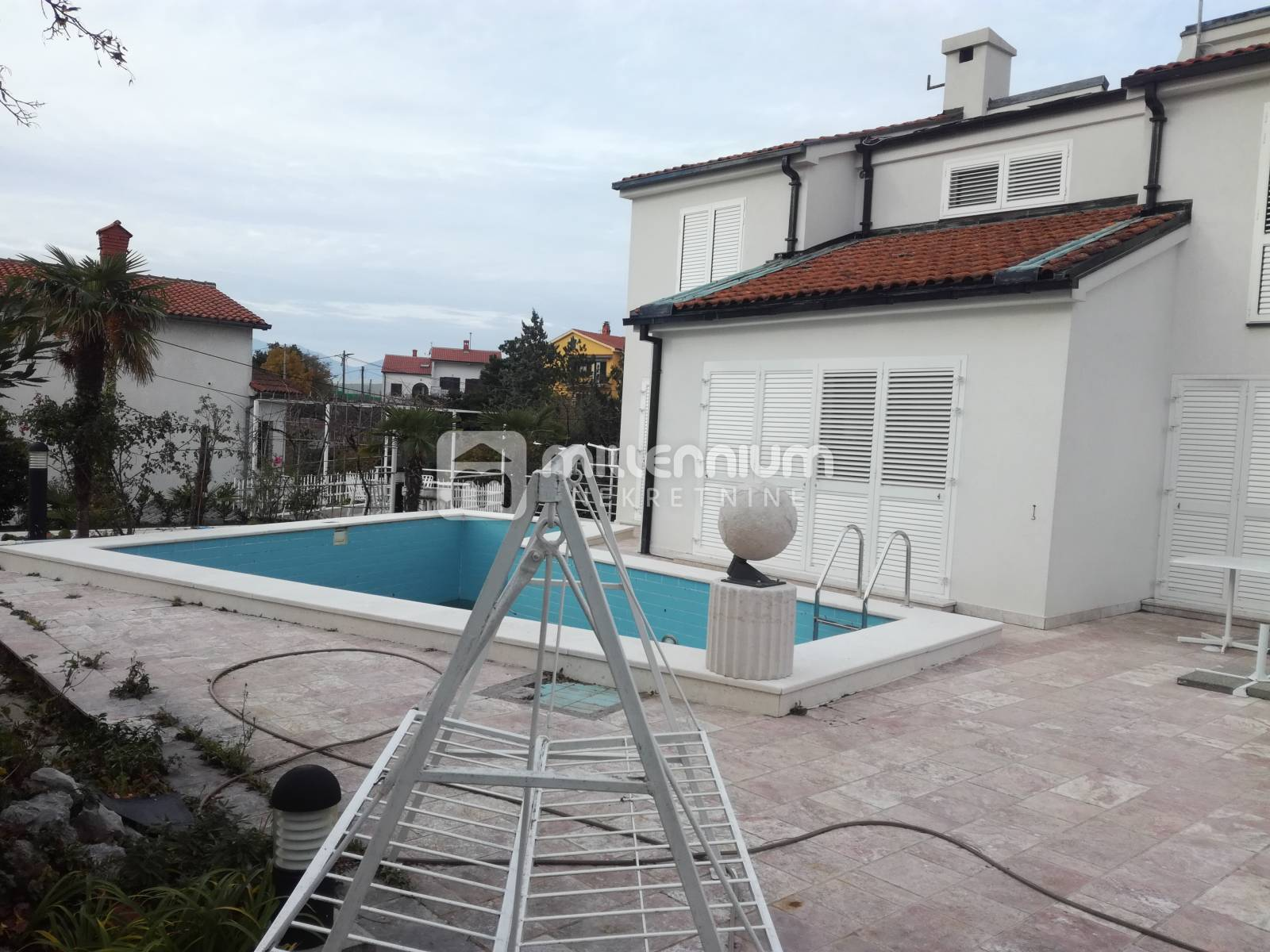 Marinići, kuća s 4 stana, bazenom i velikom okućnicom