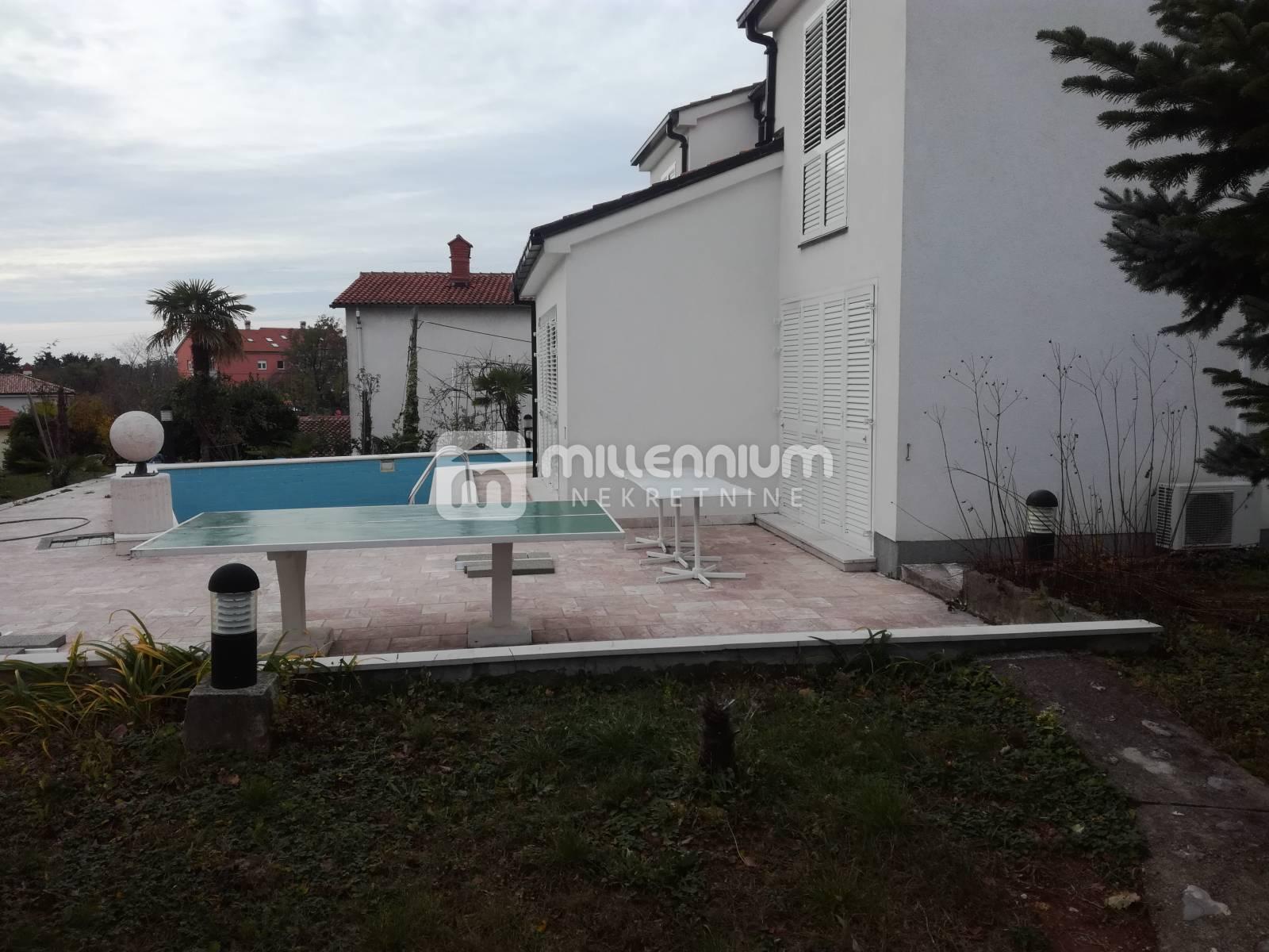 Marinići, kuća s bazenom i velikom okućnicom