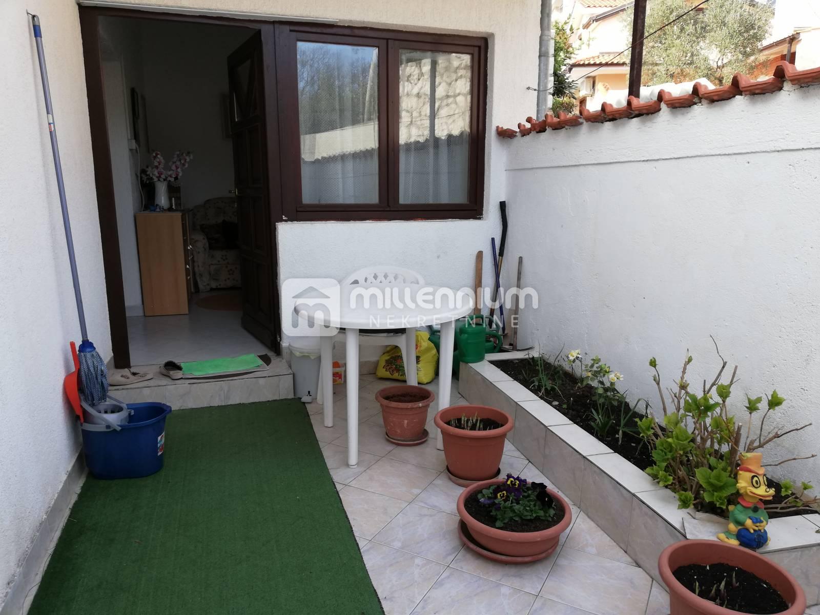 Kostrena, samostojeća kuća s 3 stana i garažom
