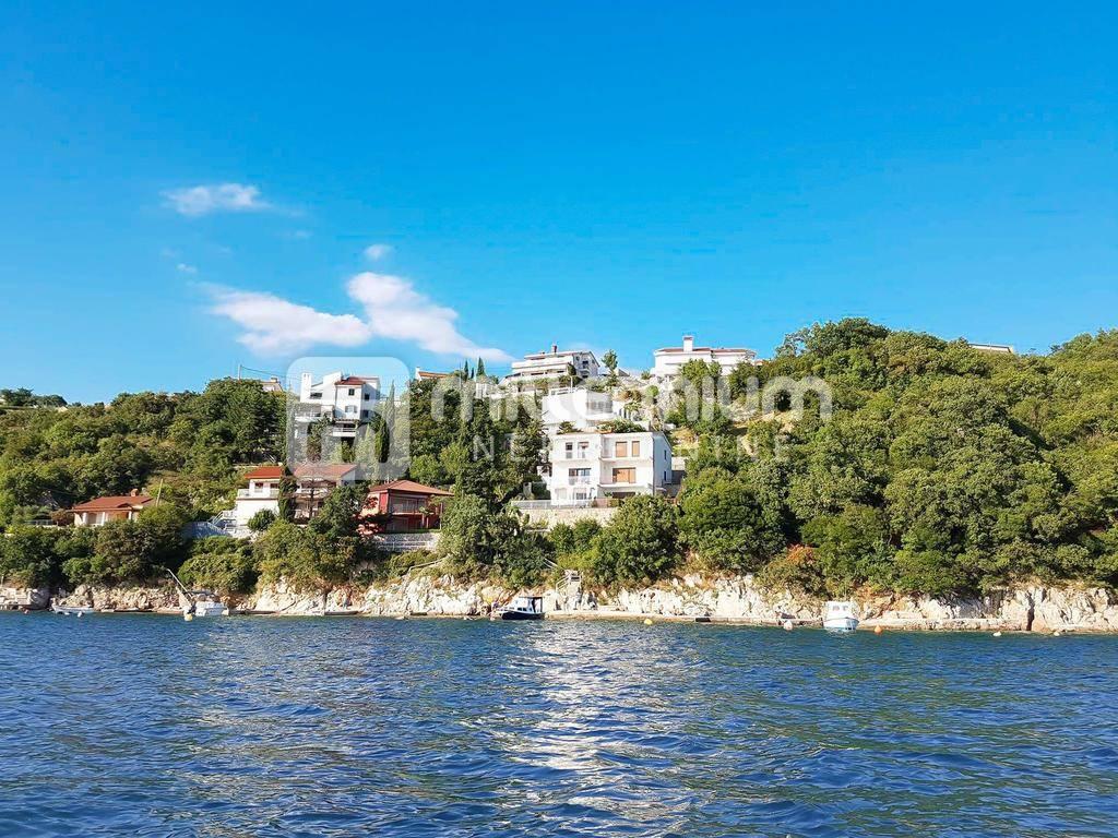 Kraljevica, Oštro, kuća uz more