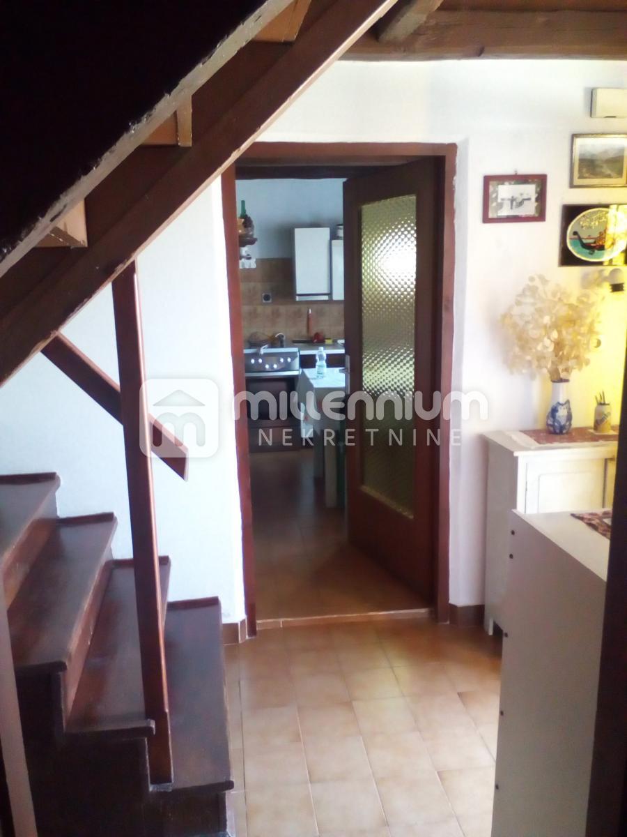 Istra, Višnjan, kamena kuća s velikom okućnicom