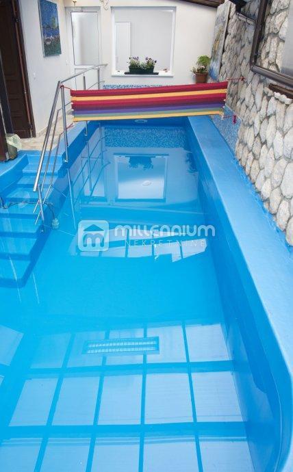 Kastav, 2-sobni stan s db, velika terasa i bazen