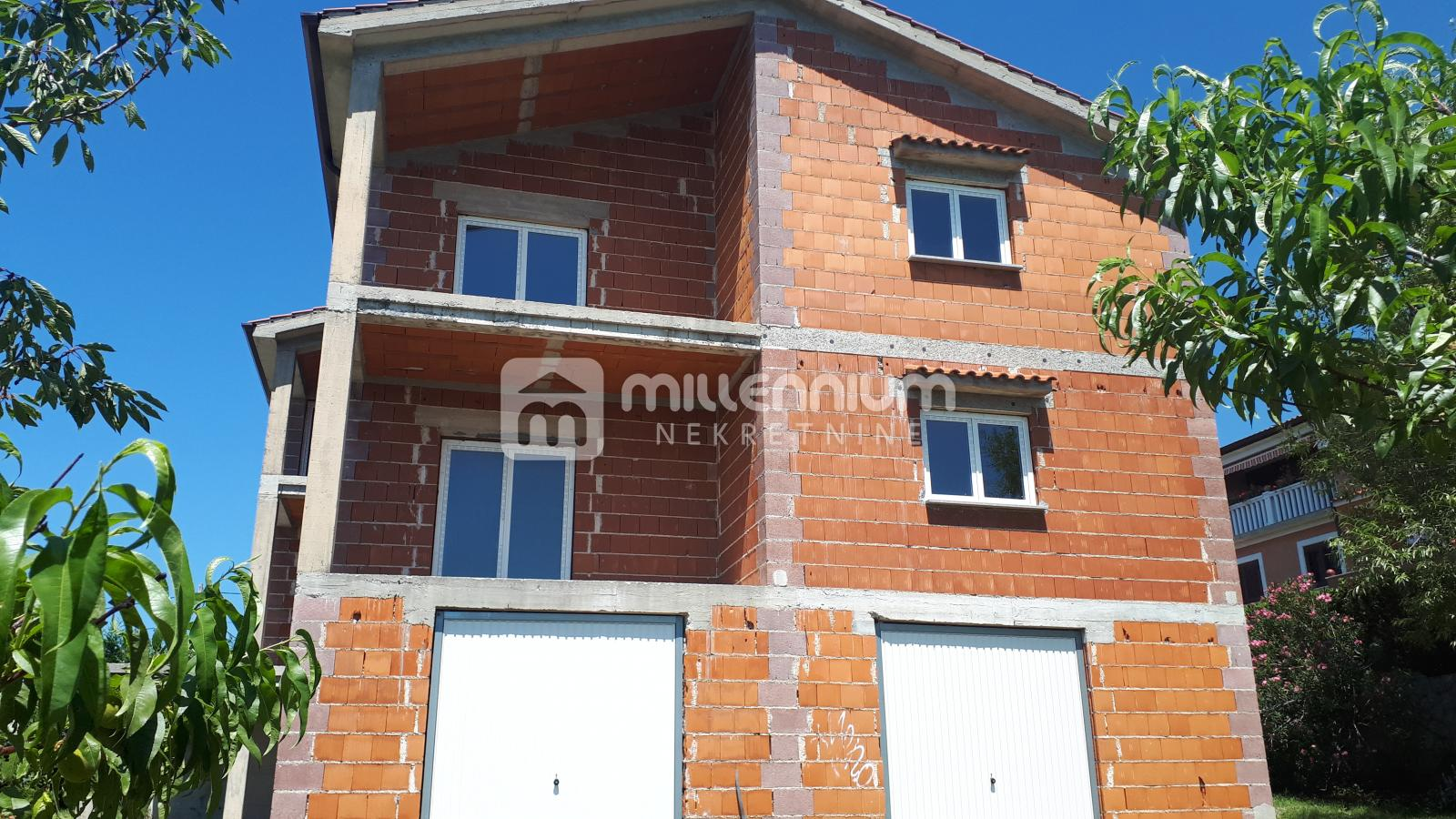 Rijeka, Pehlin, kuća s 2 stana, 2 garaže i okućnicom 960m2