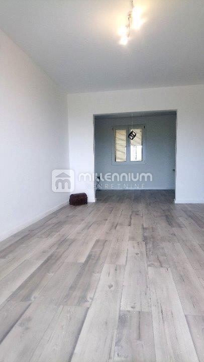 Rijeka, Škurinje, adaptiran 2-sobni stan s db, balkon
