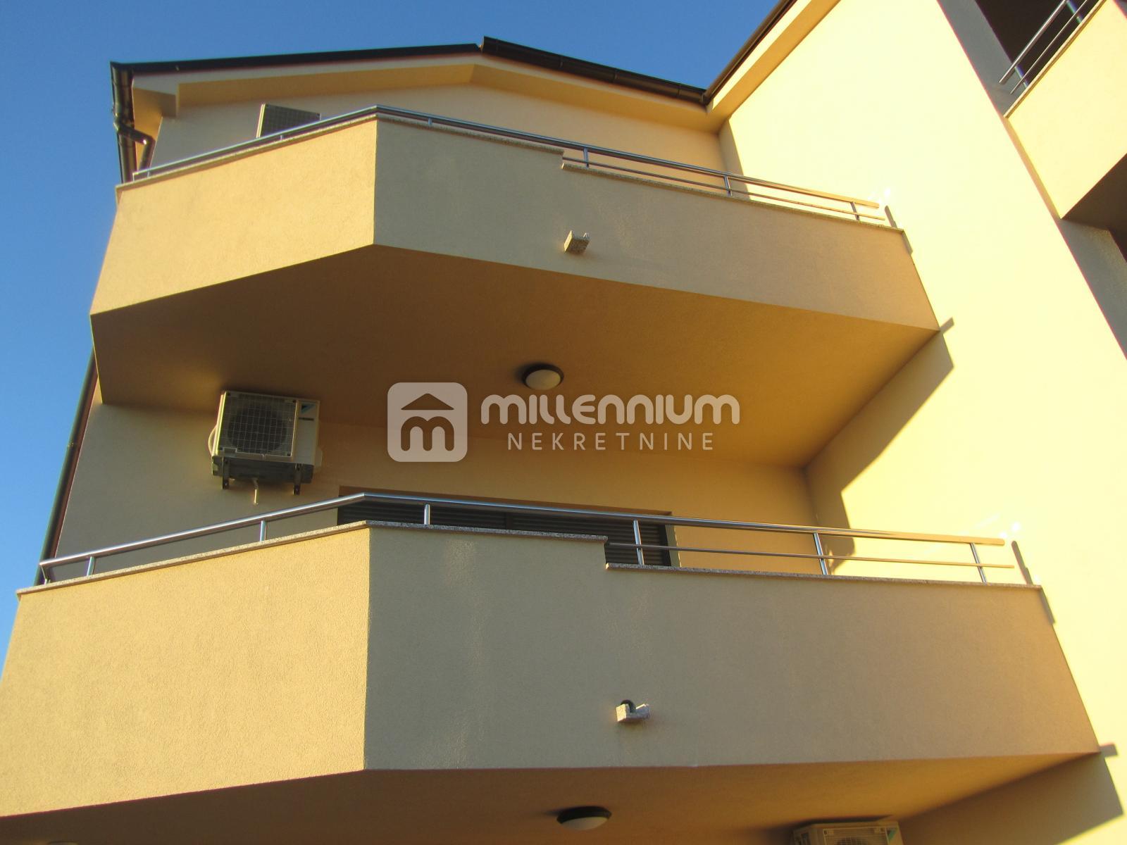 Novi Vinodolski, novogradnja, dvoetažni 3s+db, 2 balkona i okućnica