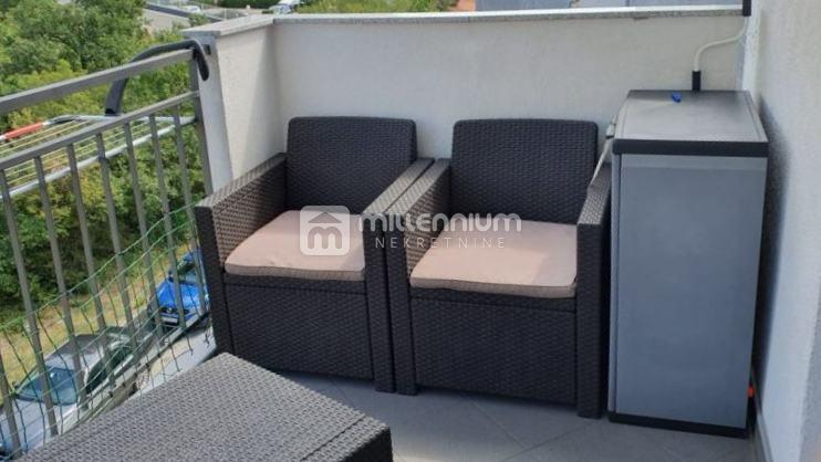 Crikvenica, uređen dvoetažni stan, 2s+db, balkon