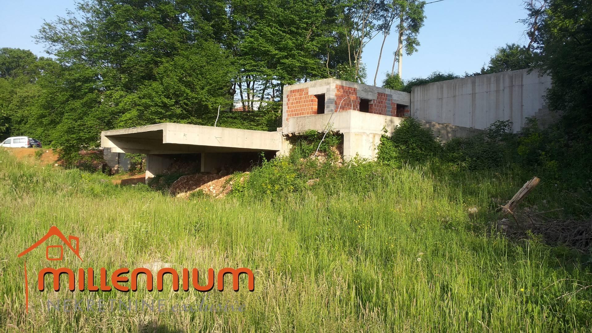 Grobnik, građevinsko zemljište od 889m2 sa započetom gradnjom