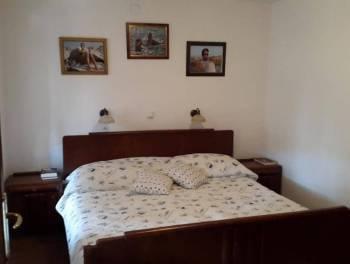Crikvenica, prekrasna kuća s 4 stana i okućnicom u staroj jezgri