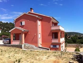 Rab, samostojeća kuća s 4 stana i velikom okućnicom u blizini mora