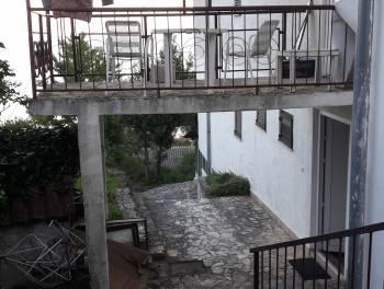 Opatija, kuća s 14 stambenih jedinica, velikom okućnicom i bazenom