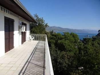 Novi Vinodolski, kuća s 2 stana u blizini mora