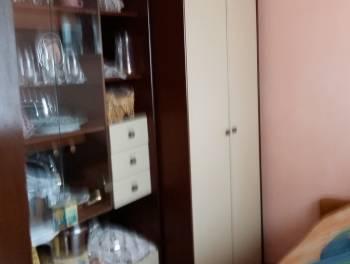 Cernik, kuća s dva stana i dvije garaže, uređena okućnica