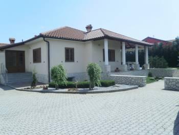 Dražice, nova samostojeća kuća s velikom okućnicom i bazenom