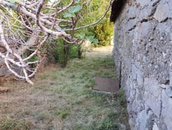 Sveti Juraj, teren s kućicom 50m od mora